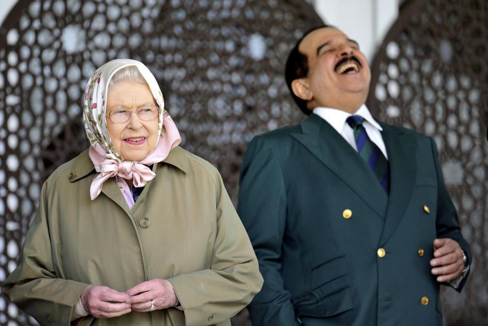 Χαλαρές στιγμές. Ο βασιλιάς του Μπαχρέιν Hamad bin Isa Al Khalifa και η βασίλισσα Ελισάβετ μοιράζονται ένα στιγμιότυπο με αφορμή την αγάπη τους για τα άλογα. Και οι δύο βρεθήκαν στο Royal Windsor Horse Show το οποίο διεξάγεται στο Κάστρο του Γουίνδσορ. Nick Ansell/PA via AP