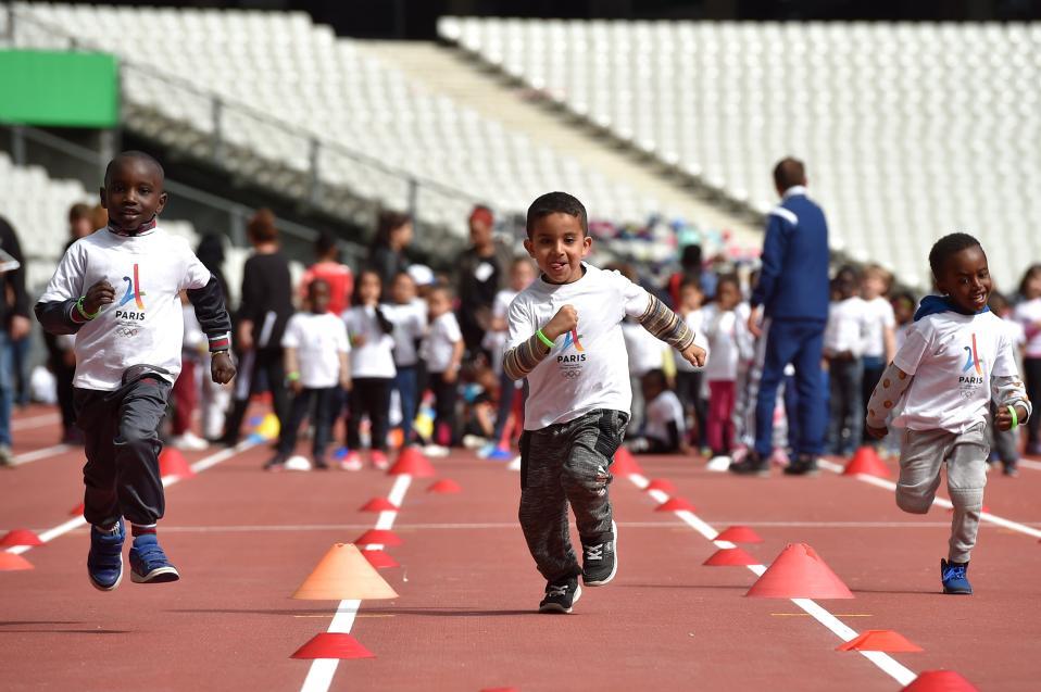 Μελλοντικοί πρωταθλητές. Αν και η φιέστα στο στάδιο Saint Denis του Παρισιού έγινε για την επιτροπή αξιολόγησης της ΣΔΟΕ με αφορμή την Ολυμπιάδα του 2024, καθόλου δεν επηρέασε τους μικρούς αθλητές που απόλαυσαν την συμμετοχή στα αγωνίσματα.  EPA/CHRISTOPHE PETIT TESSON