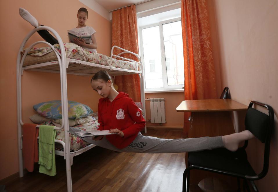 Ισχυροί χαρακτήρες. Να μια απόδειξη ότι σχεδόν ποτέ μόνο το ταλέντο δεν φτάνει. Οι νεαρές χορεύτριες του κολεγίου Krasnoyarsk κάνουν τα καθημερινά τους τεντώματα, διαβάζοντας παράλληλα για τις τελικές εξετάσεις. REUTERS/ Ilya Naymushin