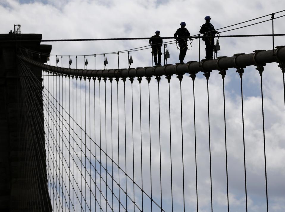 Σκληρή εκπαίδευση για την ζωή. Μέλη της αστυνομίας της Νέας Υόρκης βαδίζουν στα καλώδια της γέφυρας του Brooklyn. Τετρακόσιοι αστυνομικοί υποβάλλονται σε σκληρή εκπαίδευση, ολόκληρους μήνες, με σκοπό να είναι σε θέση να αντιμετωπίσουν τις πιο δύσκολες διασώσεις αλλά και να μάθουν πώς να μιλούν  στους ανθρώπους έτσι ώστε να τους επαναφέρουν με ασφάλεια.  (AP Photo/Seth Wenig)