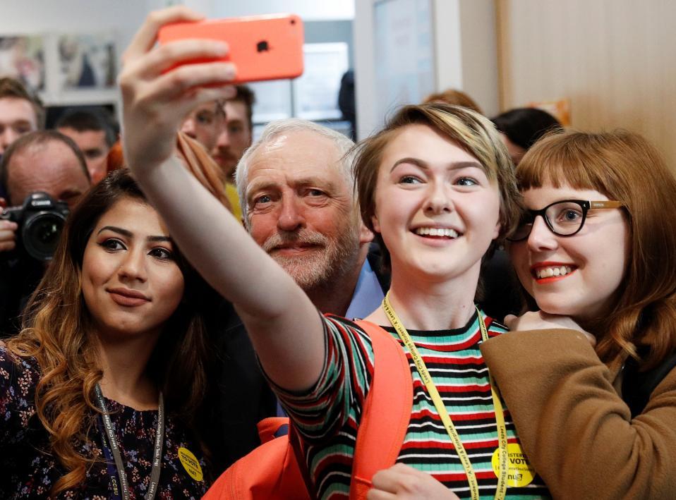 Και εμένα! Παλαιότερα ήταν οι οπαδοί που ήθελαν μια φωτογραφία με τους πολιτικούς, έτσι για το γόητρο και την ιστορία. Οι εποχές άλλαξαν και είναι οι πολιτικοί που τρέχουν μπροστά από τα κινητά για μια φωτογραφία με τους οπαδούς τους όπως ο Jeremy Corbyn στην διάρκεια προεκλογικής εκστρατείας στο Leeds. REUTERS/Phil Noble