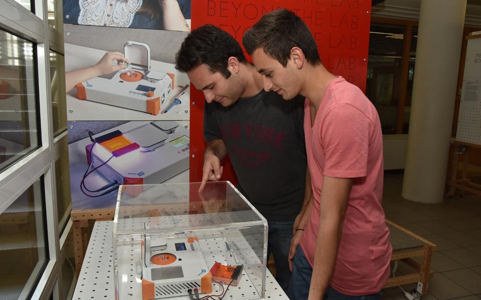 Η έκθεση «Η επιστήμη πέρα από το εργαστήριο» φιλοξενείται στο Τμήμα Ερευνας και Ανάπτυξης της Ελληνογερμανικής Αγωγής και είναι ανοιχτή σε σχολεία.