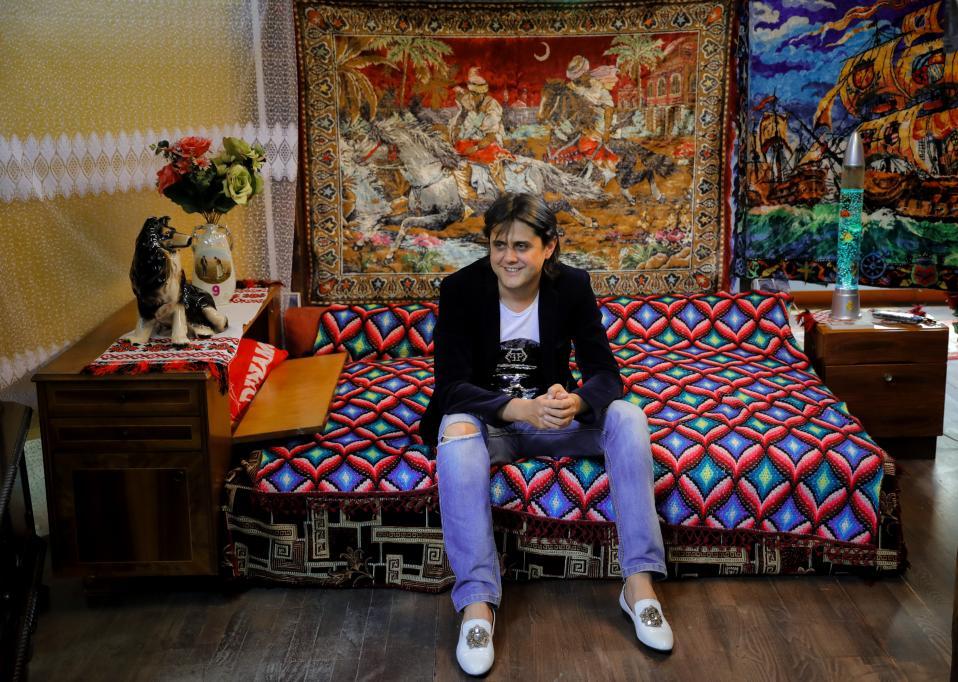 Curator. Ενα νέο μουσείο άνοιξε στην Ρουμανία και συγκεκριμένα στο Βουκουρέστι. Ο ιδιοκτήτης του Cristian Lica μάζεψε ότι πιο κιτς βρήκε στα σπίτια της χώρας του και το εκθέτει στο Kitsch Museum, που αν κρίνει κανείς από την επιλογή των παπουτσιών του θα πρέπει να το «έχει». (AP Photo/Vadim Ghirda)
