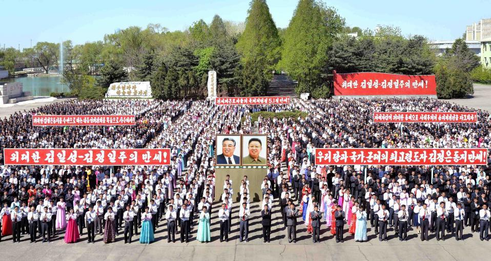 Πρωτομαγιά 5.(The official). Με ακροβατικά παρελάσεις και συνθήματα για τις γενεές των μεγάλων ηγετών που βρίσκονται στο τιμόνι της χώρας, γιορτάστηκε η Εργατική Πρωτομαγιά στην Βόρειο Κορέα.  KCNA/Handout via REUTERS