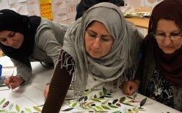 Η ΜΚΟ Livstycket θέτει στο επίκεντρο τη γυναίκα πρόσφυγα, την οποία φιλοδοξεί να εντάξει ισότιμα στη σουηδική κοινωνία, διδάσκοντας τη γλώσσα και προσφέροντας καθημερινή απασχόληση εκτός σπιτιού.