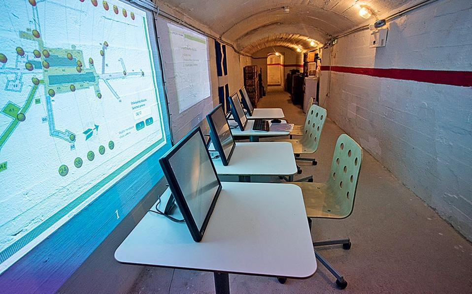 Ηλεκτρονικές εντολές από τους «αξιωματικούς» μέσω υπολογιστή.