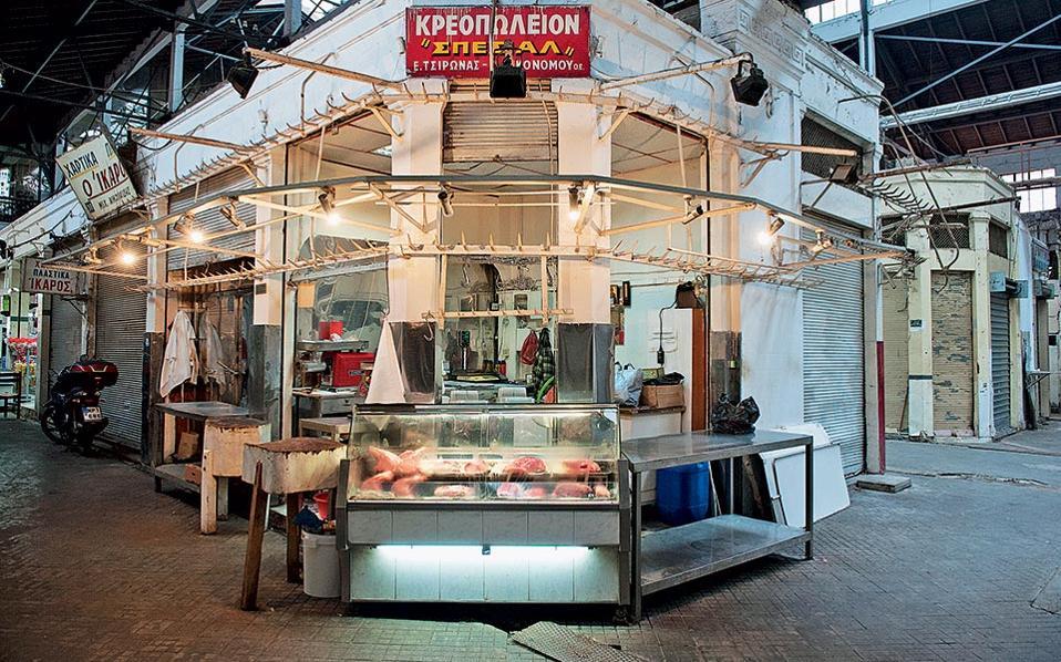Το κρεοπωλείο «Σπέσιαλ» είναι ένα από τα ελάχιστα καταστήματα που παραμένουν ανοιχτά.