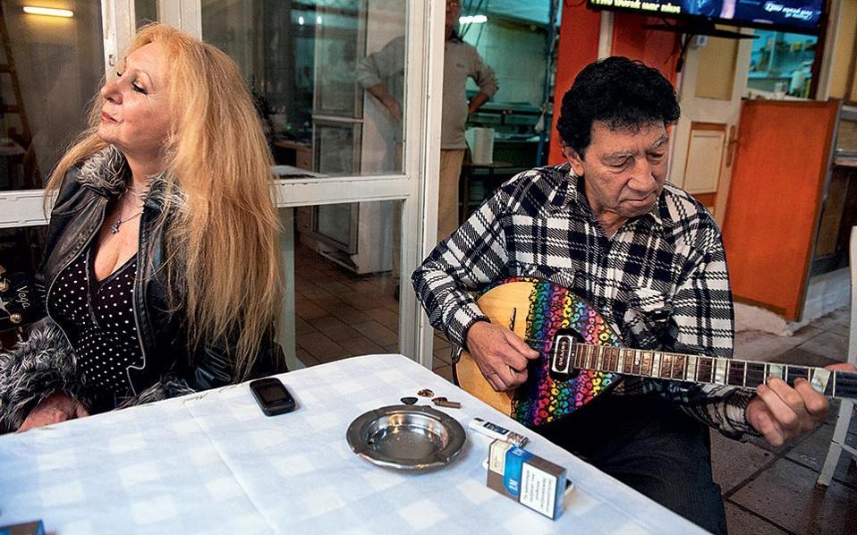 Οι πιστοί θαμώνες της Στοάς Μοδιάνο βρίσκουν ακόμη ατμοσφαιρικές γωνιές για να σιγοτραγουδήσουν με τους ερασιτέχνες κιθαρίστες.