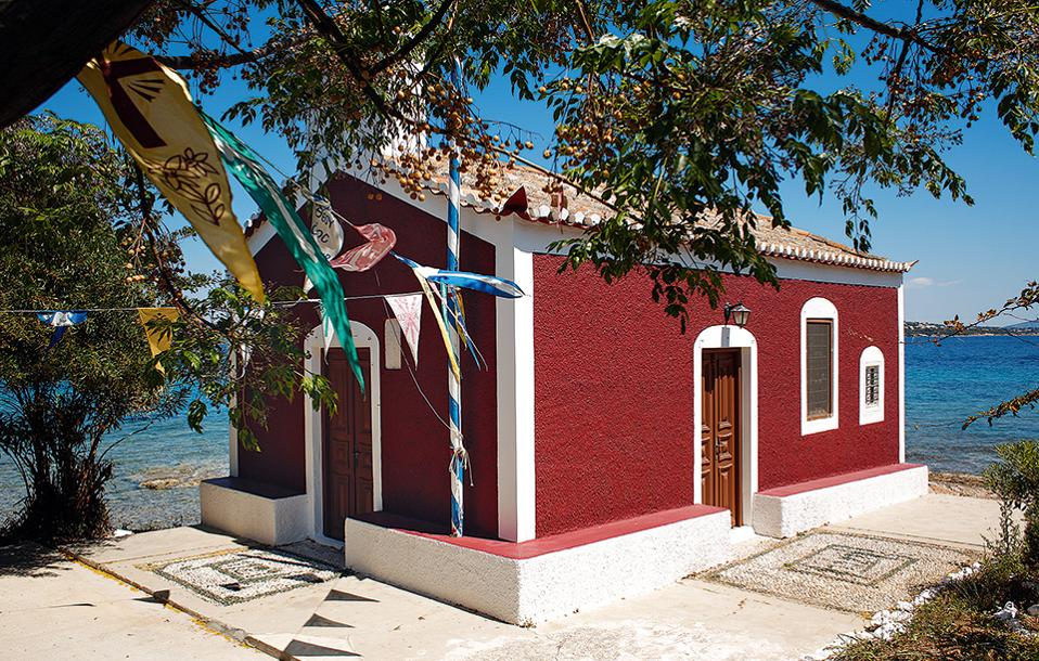 Η εκκλησία της Ανάστασης με το προαύλιο με τα βοτσαλωτά. (Φωτογραφία: ΝΙΚΟΣ ΚΟΚΚΑΣ)