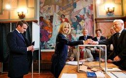 Η Μπριζίτ Μακρόν ψηφίζει στην πόλη Τουκέ το πρωί της 7ης Μαΐου. Την ακολουθεί ο αρχηγός του κινήματος «En Marche!», Εμανουέλ Μακρόν © Christophe Ena/AP