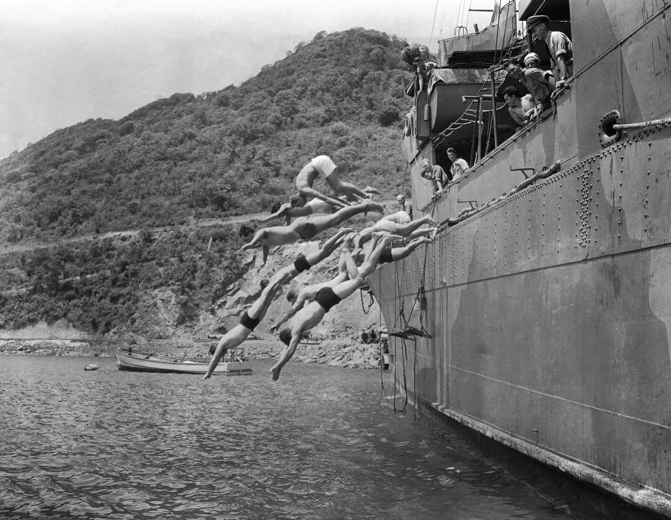 Αμερικανοί ναύτες βουτούν από αντιτορπιλικό στα ζεστά νερά του νησιού της Αγίας Λουκίας στις βρετανικές Δυτικές Ινδίες, το 1942. To πλοίο τους έχει πραγματοποιήσει μικρή στάση για προμήθειες κατά τη διάρκεια περιπολίας που πραγματοποιεί στα χωρικά ύδατα των Δυτικών Ινδιών. (AP Photo)