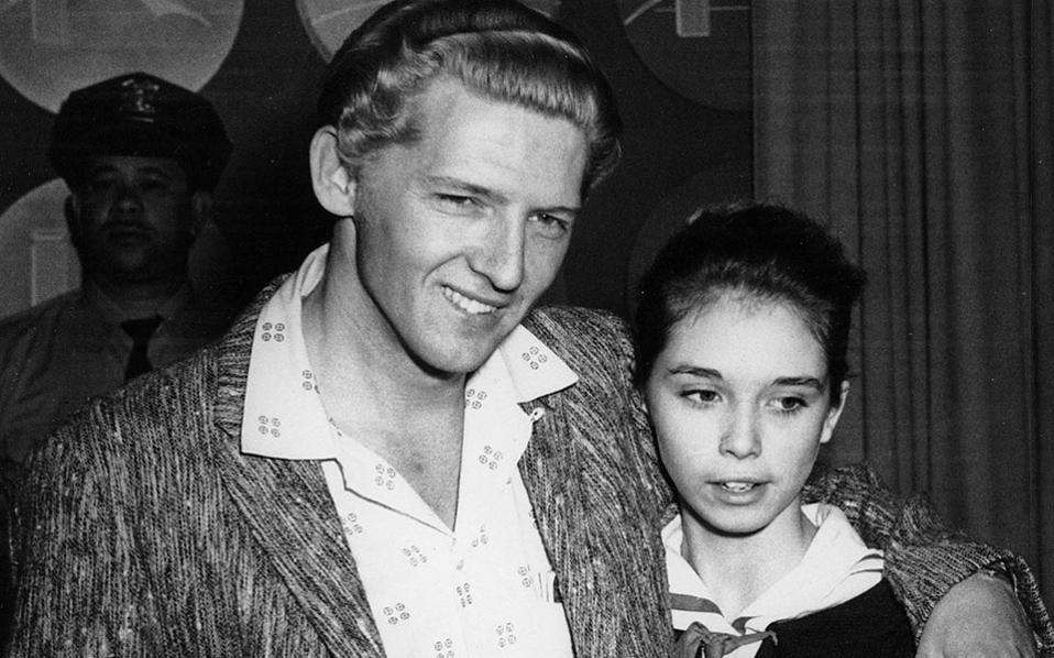 O 22χρονος αστέρας του Ροκ εντ ρολ, Τζέρι Λι Λιούις, στέκεται αγκαλιά με την 13χρονη ξαδέρφη του Μάιρα Μπράουν σε συνέντευξη τύπου στο Λονδίνο, το 1958. Η Μπράουν είχε ήδη γίνει η τρίτη σύζυγος του Λίουις, προκαλώντας δημόσια κατακραυγή, λόγω του μικρού της ηλικίας της. (AP Photo)