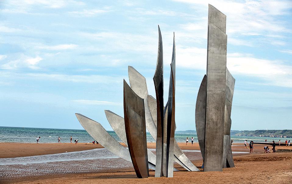 To μνημείο «Les Braves» ανεγέρθηκε στην Omaha Beach το 2004, με την αφορμή της 60ής επετείου από την απόβαση. (Φωτογραφία: AP Photo/Remy de la Mauviniere)