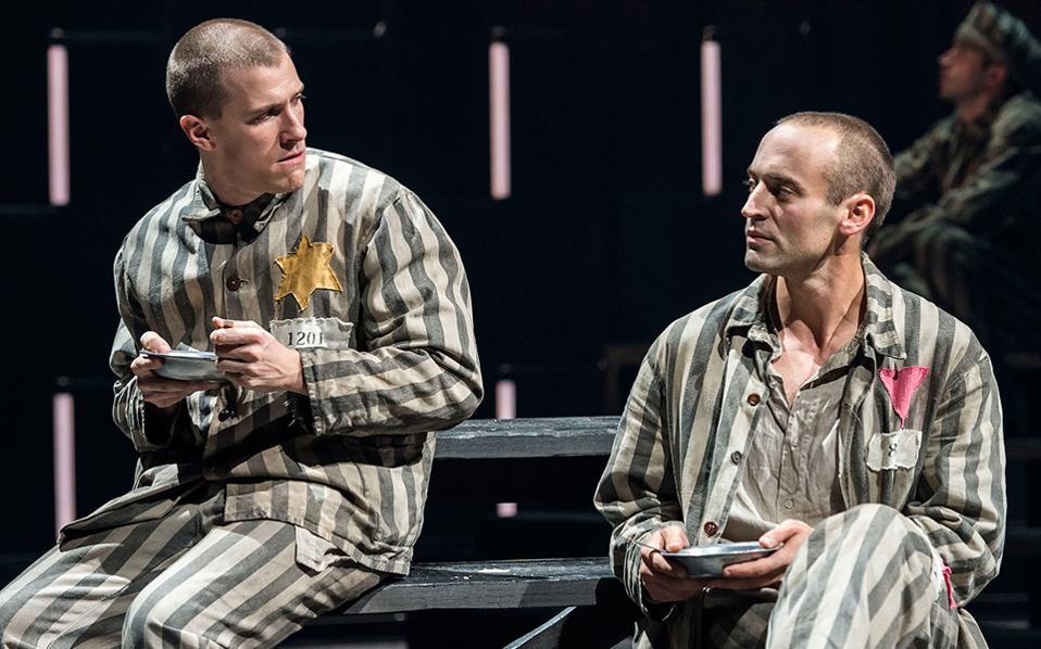 Σκηνη από το θεατρικό έργο «Bent», που έγραψε ο Μάρτιν Σέρμαν, αντλώντας έμπνευση από τις αφηγήσεις του Γιόζεφ Κ.