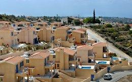 Συγκρότημα πολυτελών κατοικιών στην Κύπρο. Για να μπορεί κανείς να αιτηθεί άδεια παραμονής στη χώρα, πρέπει να δαπανήσει τουλάχιστον 2 εκατ. ευρώ για την αγορά ακινήτων ή 2,5 εκατ. ευρώ για την αγορά κυβερνητικών ομολόγων ή εταιρειών.