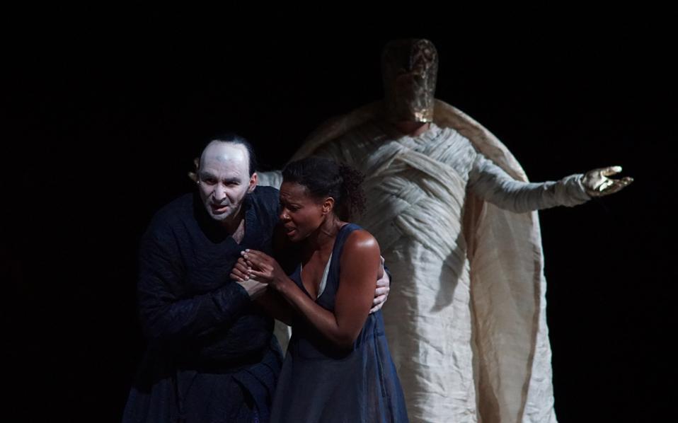 Δημήτρης Τηλιακός  (Αμονάσρο), Αντίνα Ααρον (Αΐντα) και Ενρίκο Λόρι (Ιλ Ρε) σε μια σκηνή από την παράσταση στις Βρυξέλλες.
