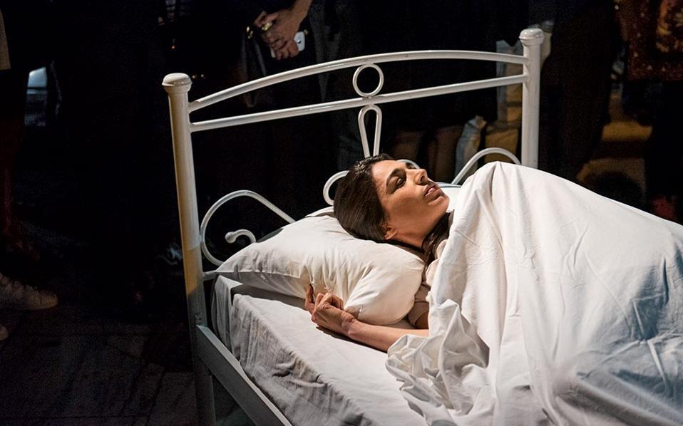 Αυτοσυγκέντρωση. Η Μαρία Φραγκουδάκη στο κρεβάτι που τοποθέτησε στην πλατεία Συντάγματος.