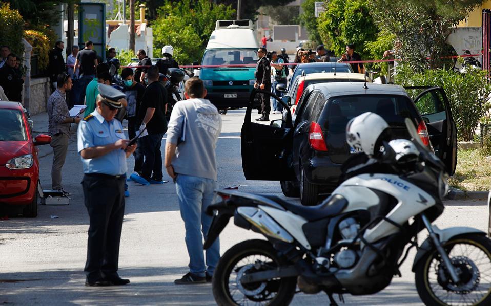 Αστυνομικοί εξετάζουν διαφορετικά σενάρια για την ταυτότητα των εκτελεστών του Βασίλη Γρίβα.