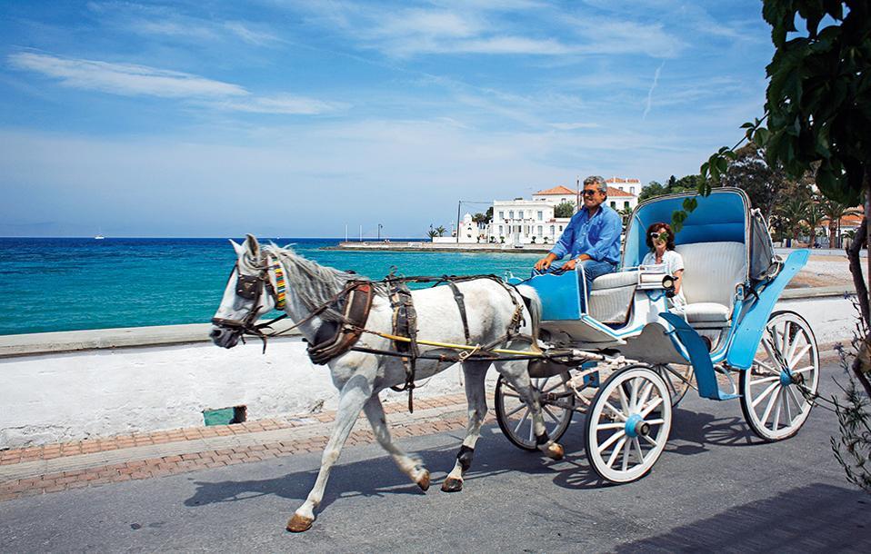 Η άμαξα με το άλογο αποτελεί σήμα κατατεθέν των Σπετσών. (Φωτογραφία: ΝΙΚΟΣ ΚΟΚΚΑΣ)