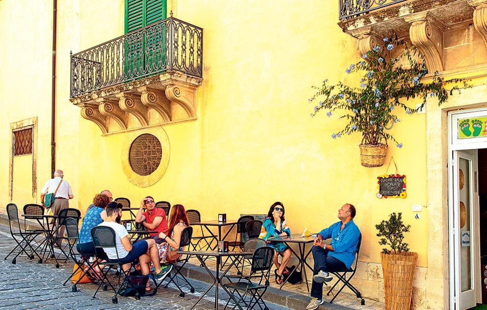 Εσπρέσο και ξεκούραση σε καφέ της Via Nicolaci στο Noto. (Φωτογραφία: AFP/VISUALHELLAS.GR)