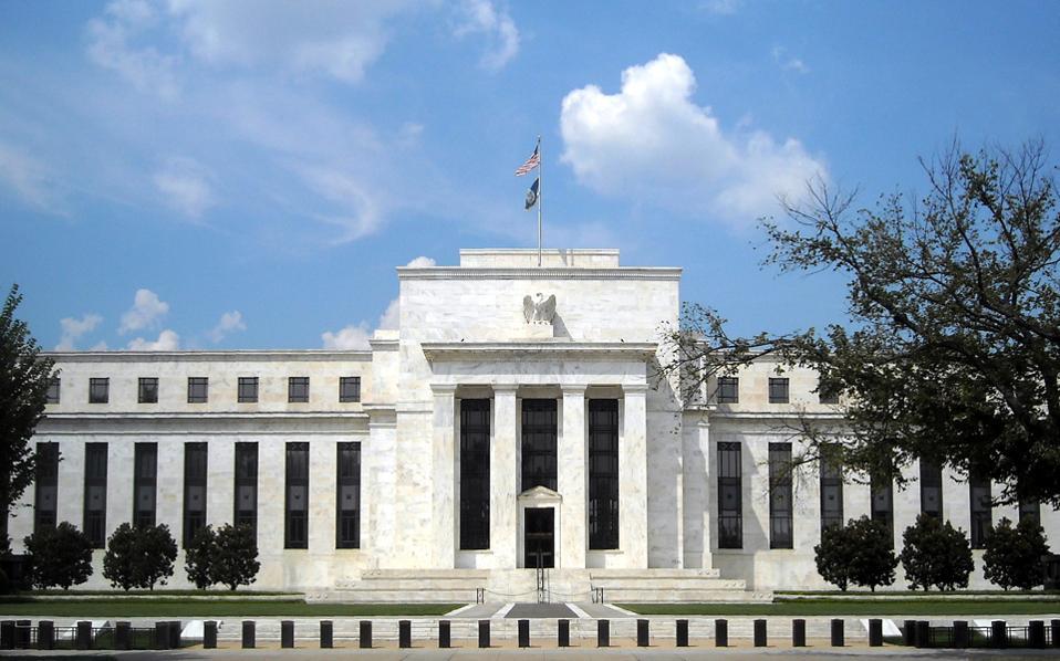 Η απόφαση δείχνει ότι η Fed θεωρεί πως η ανάκαμψη και οι προοπτικές της αμερικανικής οικονομίας παραμένουν ισχυρές και ότι σκοπεύει να αυξήσει τα επιτόκια δανεισμού δύο ακόμη φορές στη διάρκεια του 2017.