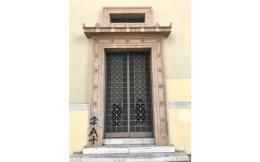 Το 1931, ο Φοίβος Ζούκης σχεδιάζει την πόρτα στο Παλαιό Τυπογραφείο.