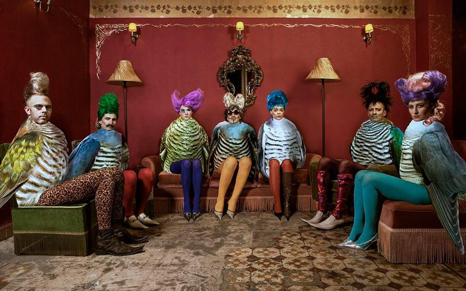 Εξοχα, χρωματικά - υφολογικά - χρονολογικά μελετημένα και σχολιασμένα ήταν τα κοστούμια της παράστασης από την Ιωάννα Τσάμη.