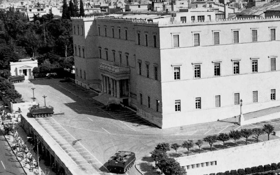 21η Απριλίου 1967: Τεθωρακισμένα έξω από τη Βουλή.