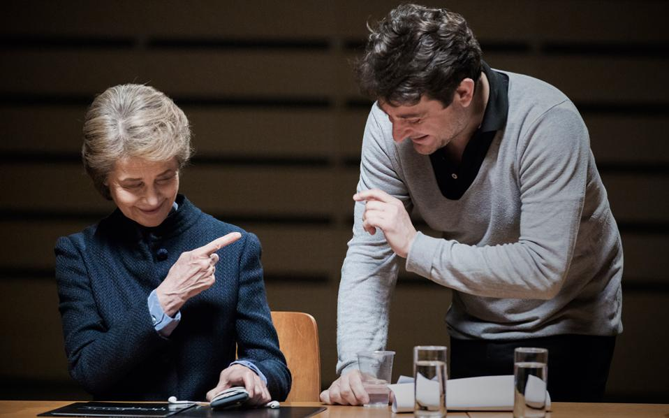 Η καταξιωμένη Βρετανή ηθοποιός Σάρλοτ Ράμπλινγκ με τον εικαστικό και σκηνοθέτη Γιώργο Δρίβα, κατά τη διάρκεια των γυρισμάτων για το «Εργαστήριο Διλημμάτων», την ελληνική συμμετοχή στην 57η Μπιενάλε της Βενετίας