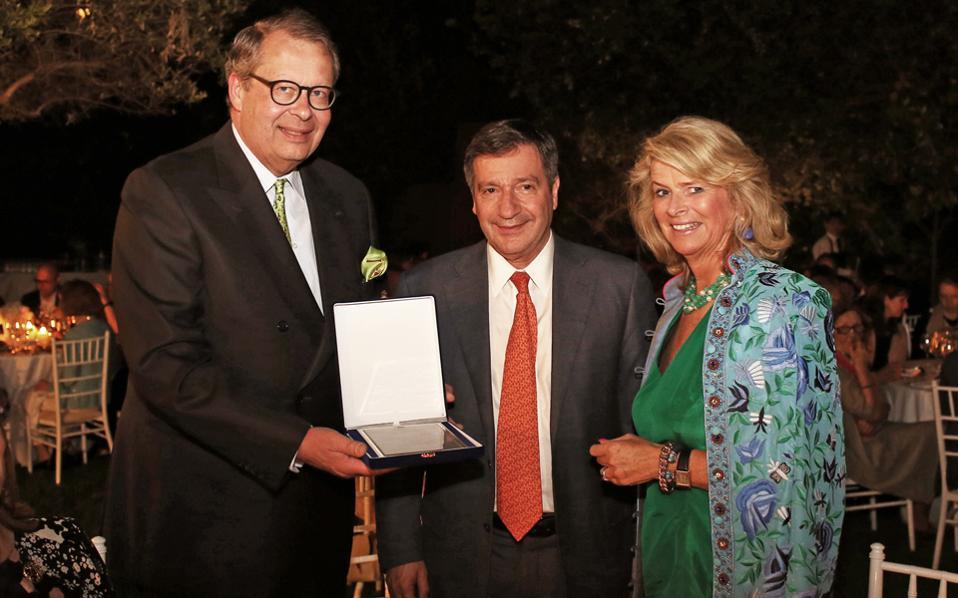 Ο αρχιδούκας Χριστιανός Φον Ολντενμπουργκ και η σύζυγός του βραβεύονται από τον δήμαρχο Αθηναίων Γιώργο Καμίνη για το έμπρακτο ενδιαφέρον τους για τον Εθνικό Κήπο.