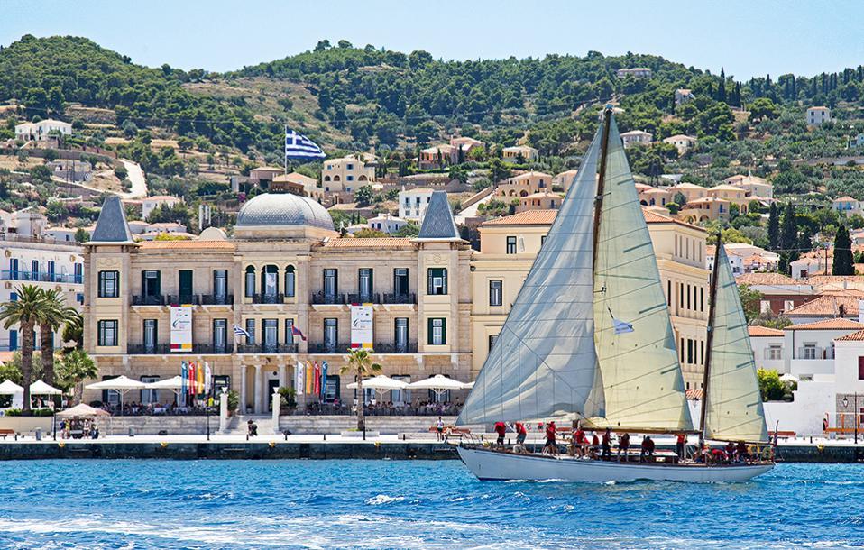 Tο Poseidonion Grand Hotel είναι σημαντικός υποστηρικτής πολλών δράσεων, όπως της  Spetses Classic Yacht Reggata κάθε Ιούνιο. (Φωτογραφία: Spetses Classic Yacht Regatta©AleN Photography/Νίκος Αλευρομύτης)