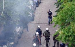 Εκρηκτικές διαστάσεις λαμβάνουν οι επιθέσεις κουκουλοφόρων εναντίον των δυνάμεων των ΜΑΤ πέριξ του Πολυτεχνείου. Τρεις συλλήψεις, ενός 18χρονου και δύο 17χρονων, και 19 προσαγωγές έγιναν ξημερώματα Σαββάτου στη συμβολή των οδών Πατησίων και Τοσίτσα· ομάδα αντιεξουσιαστών έριξε «βροχή» μολότοφ κατά των αστυνομικών, με αποτέλεσμα να διακοπεί επί μία ώρα η κυκλοφορία στην Πατησίων.