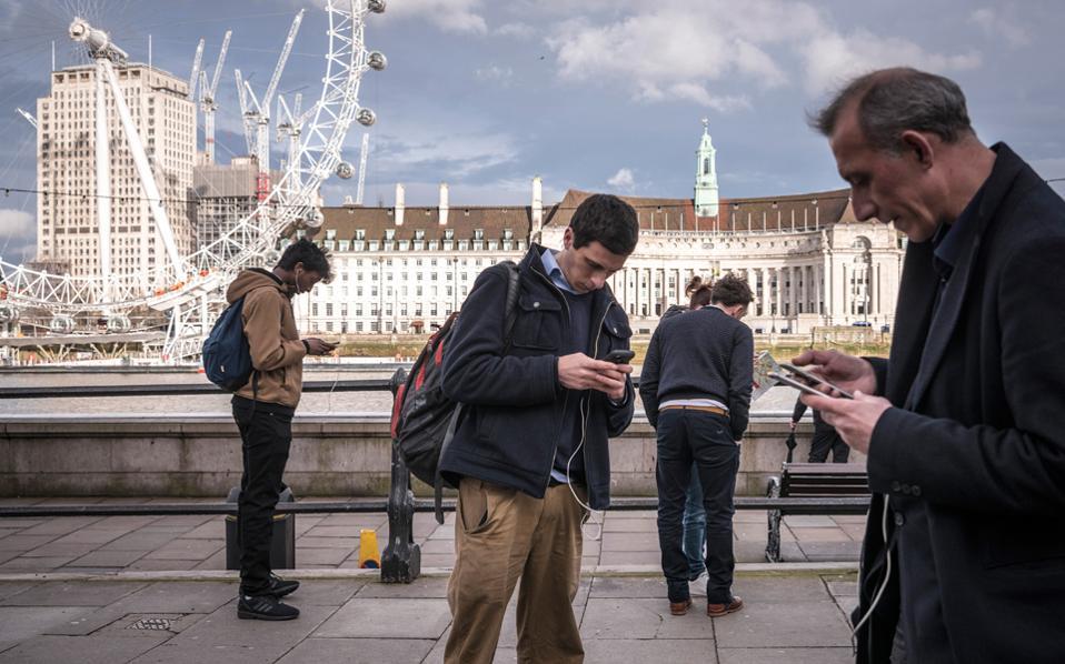 Επηρεάζει αρνητικά, λένε οι ειδικοί, την ποιότητα των ανθρώπινων σχέσεων η χρήση του κινητού τηλεφώνου.