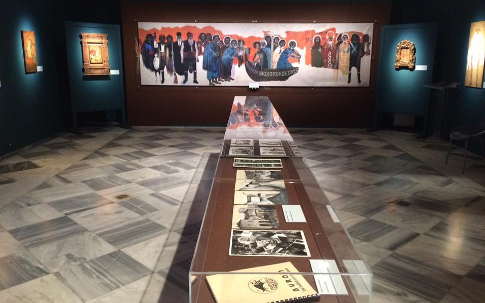 Φωτογραφία από τον χώρο του ισογείου. Η έκθεση συνεχίζεται και στον 2ο όροφο με φωτογραφικά ντοκουμέντα και προβολές.