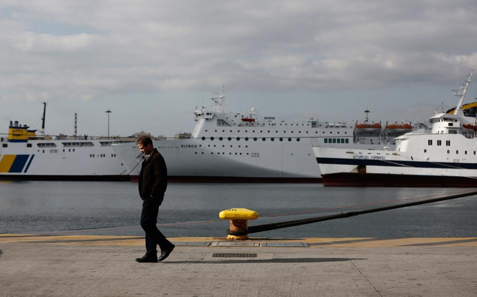 Ενας άνδρας περπατάει μπροστά από ακινητοποιημένα πλοία κατά τη διάρκεια απεργιακών κινητοποιήσεων, Πειραιάς 8 Δεκεμβρίου του 2016. Διεθνώς, ωστόσο, η ναυτιλία μας μεγαλουργεί, ακριβώς επειδή έχει γλιτώσει από τον θανάσιμο εναγκαλισμό της γραφειοκρατίας, των αγκυλώσεων του κρατικού παρεμβατισμού και του αθέμιτου ανταγωνισμού όσων προστατεύονται από το πολιτικό σύστημα.