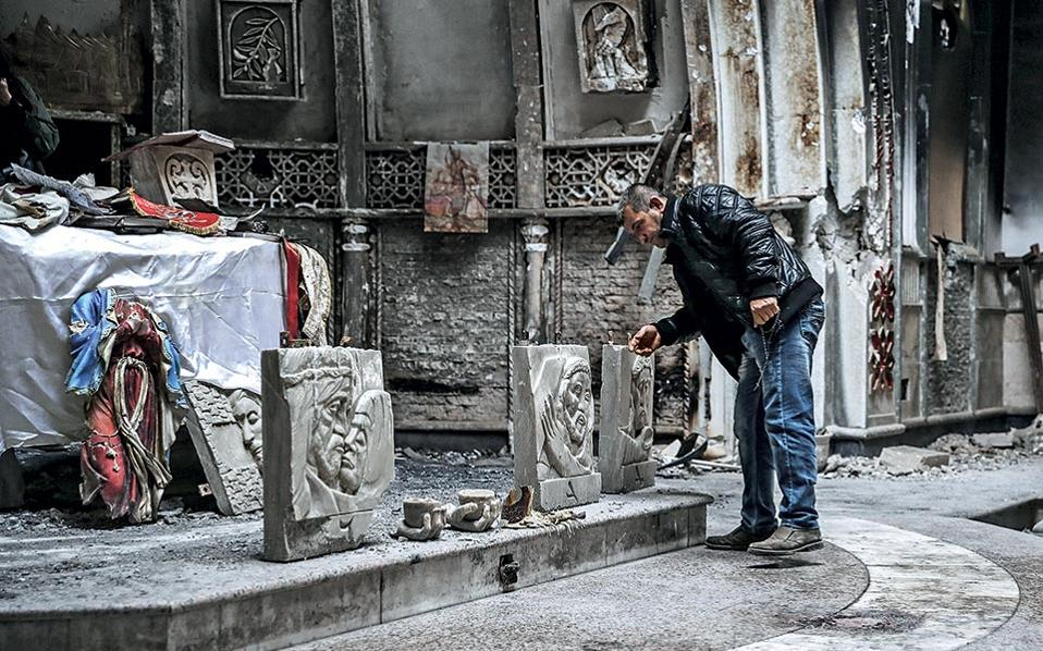 Ο Αμπίρ, κάτοικος της πόλης, μένει προσωρινά στο Ερμπίλ. Τον συναντήσαμε ενώ προσευχόταν στην εκκλησία του Αγίου Μπενάμ.