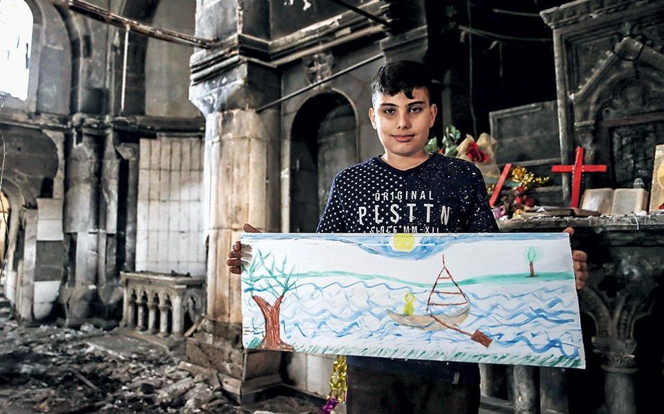 Ο Μιχάλ ποζάρει μέσα στην εκκλησία του Ευαγγελισμού κρατώντας μια ζωγραφιά που έφτιαξε για μας.