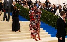 H Ριάνα φορά Comme des Garçons στο Met Gala, το ετήσιο γκαλά του Costume Institute. EPA/JUSTIN LANE