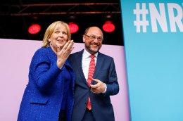 Ο Μάρτιν Σουλτς με την υποψήφια των Σοσιαλδημοκρατών και σημερινή πρωθυπουργό στη Βόρεια Ρηνανία-Βεστφαλία, Ανελόρε Κραφτ.