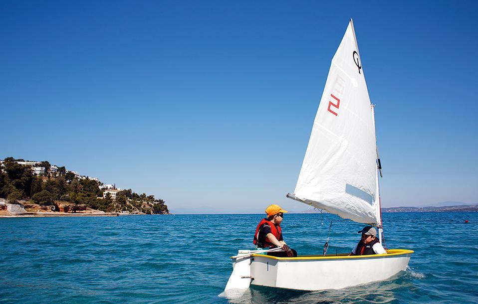 Τα μαθήματα για παιδιά ηλικίας από 6 έως 18 ετών που γίνονται από τον Ιστιοπλοϊκό Όμιλο Σπετσών απευθύνονται σε κατοίκους και επισκέπτες του νησιού. (Φωτογραφία: ΝΙΚΟΣ ΚΟΚΚΑΣ)
