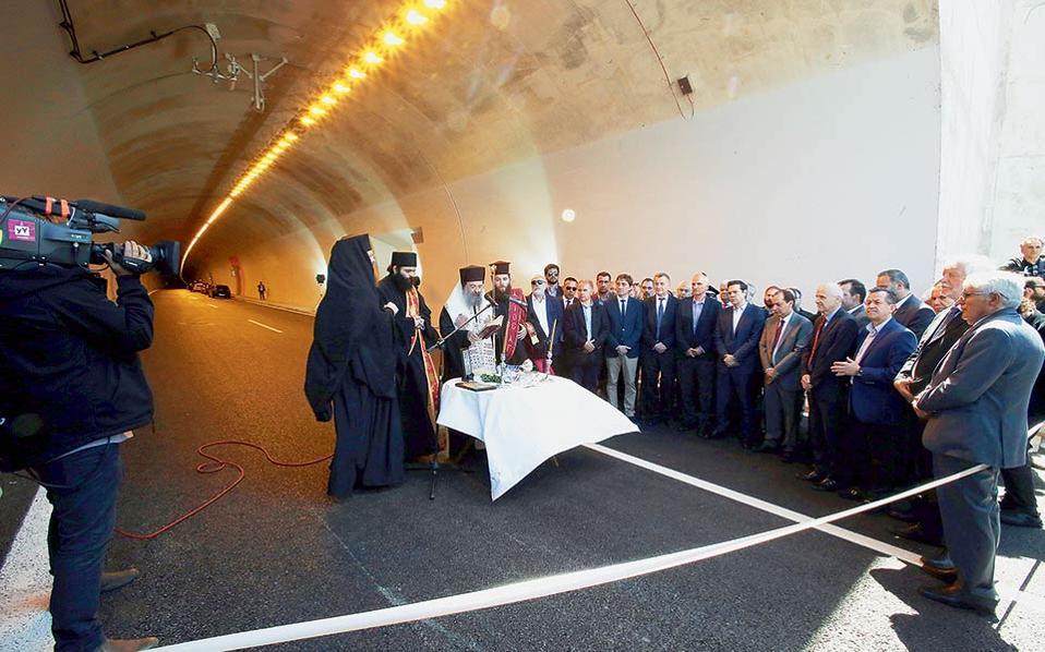 Ο πρωθυπουργός Αλέξης Τσίπρας και ο υπουργός Χρήστος Σπίρτζης στη σήραγγα «Ανδρέα Παπανδρέου» κατά τη διάρκεια της τελετής των εγκαινίων του αυτοκινητοδρόμου Κορίνθου-Πατρών. © Συμέλα Παντζαρη/ΑΠΕ-ΜΠΕ
