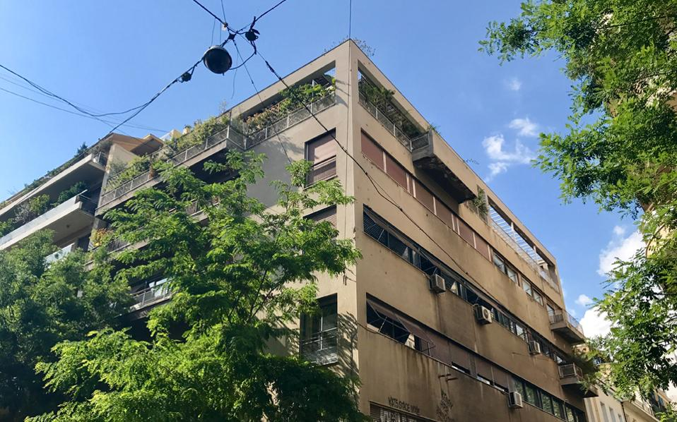 Σύγχρονη όψη της πολυκατοικίας στη συμβολή των οδών Ζαΐμη και Στουρνάρη.