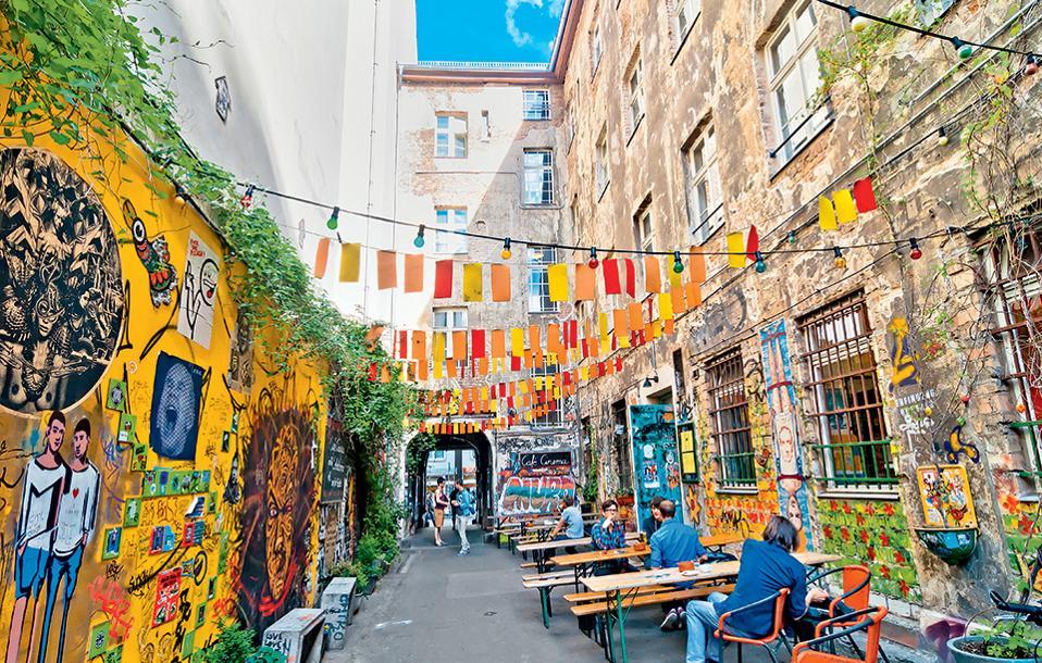 Στην οδό Rosenthaler 39, σε μία από τις πιο εντυπωσιακές εσωτερικές αυλές του Mitte, οι τοίχοι έχουν πάντα τη δική τους ιστορία να αφηγηθούν. (Φωτογραφία: SHUTTERSTOCK)