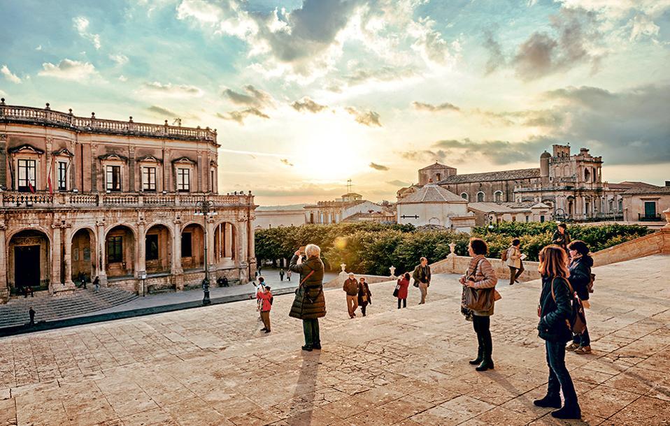 Στάση για αναμνηστικές φωτογραφίες στο Noto με θέα στο παλάτι Ducezio, όπου στεγάζεται σήμερα το δημαρχείο της πόλης. (Φωτογραφία: SHUTTERSTOCK)