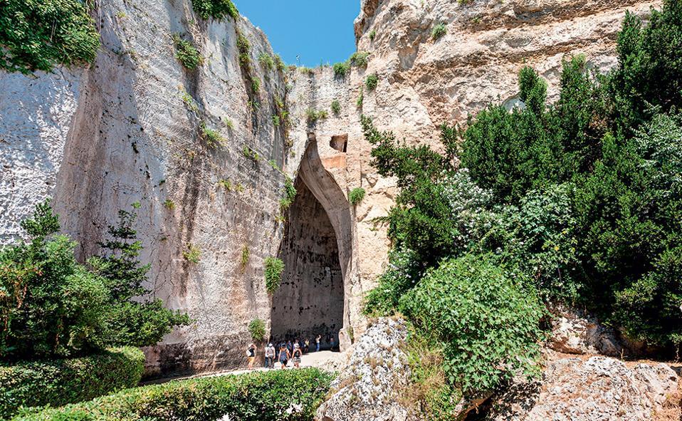 Το άνοιγμα της σπηλιάς που ονομάζεται «Αυτί του Διονύσου». (Φωτογραφία: SHUTTERSTOCK)