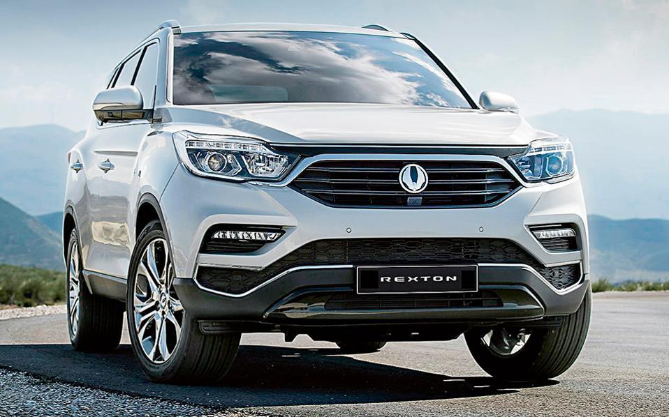 SSANGYONG  REXTON. Από το φθινόπωρο θα φτάσει στη χώρα μας το νέο Rexton με νέες τεχνολογίες και πλαίσιο τεχνολογίας Quad Frame. Κάτω από το καπό θα υπάρχει ο ένας πετρελαιοκινητήρας 2,2 λίτρων με 181 ίππους που θα συνεργάζεται στάνταρ με το 7άρι αυτόματο κιβώτιο της Mercedes-Benz και το σύστημα τετρακίνησης 4-Tronic. Επίσης, θα υπάρχει και δίλιτρη τούρμπο έκδοση βενζίνης με 225 ίππους.