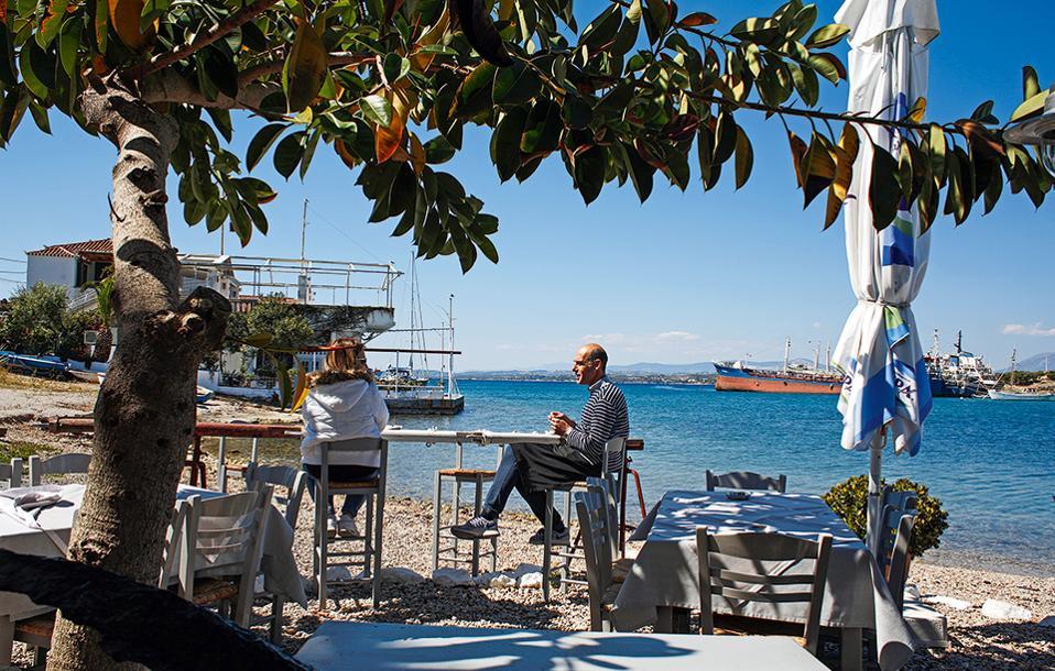 Το παλιό λιμάνι των Σπετσών φημίζεται για  τις ψαροταβέρνες του. (Φωτογραφία: ΝΙΚΟΣ ΚΟΚΚΑΣ)