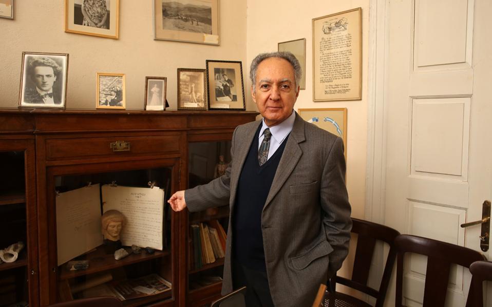 Ο Πασχάλης Κιτρομηλίδης φωτογραφίζεται ανάμεσα σε ιστορικά κειμήλια του Κέντρου Μικρασιατικών Σπουδών, στην Πλάκα.