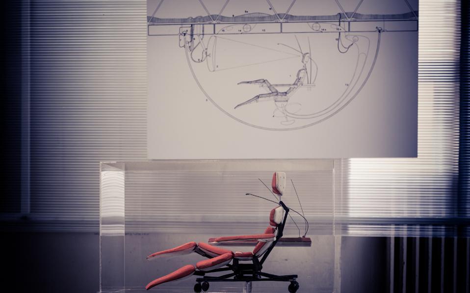 Το «Επιπλο 2000», ηλεκτρονικός υπολογιστής για την κατοικία του μέλλοντος, του Τάκη Ζενέτου, κατασκευασμένο σε μικρή κλίμακα. Πίσω, σχεδιασμένο λεπτομερώς για την έκθεση του Ζαππείου το 1971.