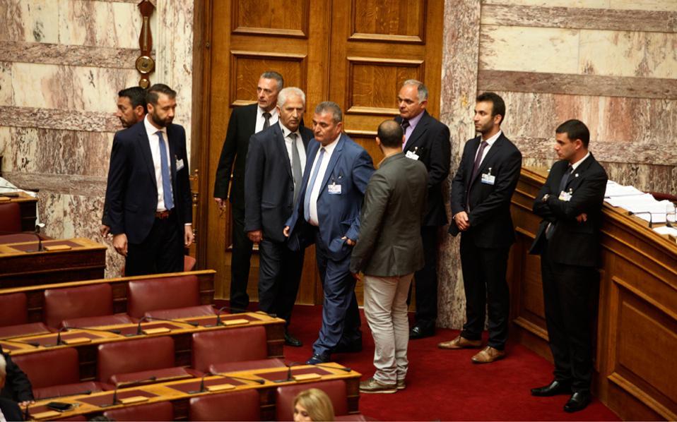 Σε μόνιμη βάση στις εσωτερικές εισόδους στη Βουλή πλέον δεν βρίσκονται, όπως παλαιότερα, μόνον ένα ή δύο μέλη της φρουράς, αλλά περισσότερα.